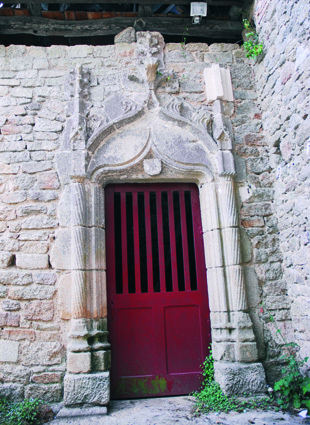 La remarquable porte latérale de style Renaissance provenant de l'église originelle.