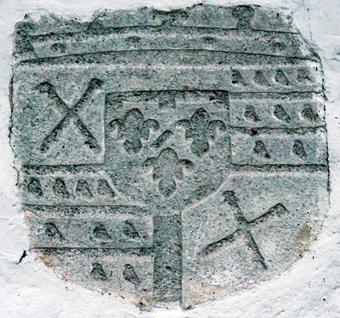 Pierre armoriée enchâssée dans les murs de l'église représentant le blason des Gondi, seigneurs de Mortagne au XVIIème siècle.
