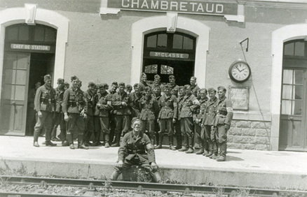Photo de groupe devant la gare de Chambretaud